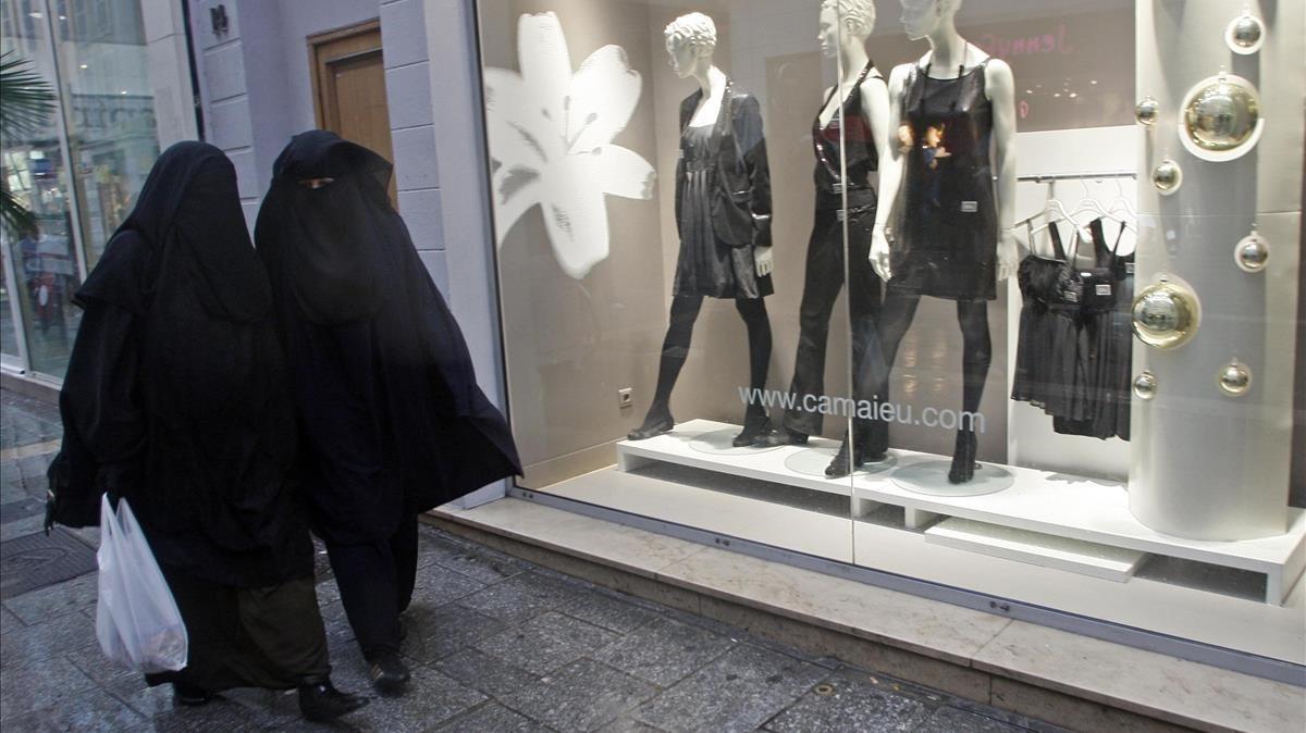 Imagen de archivo de dos mujeres paseando con niqab por las calles de Marsella, Francia, donde el uso de esta prenda se prohibió en el 2011.