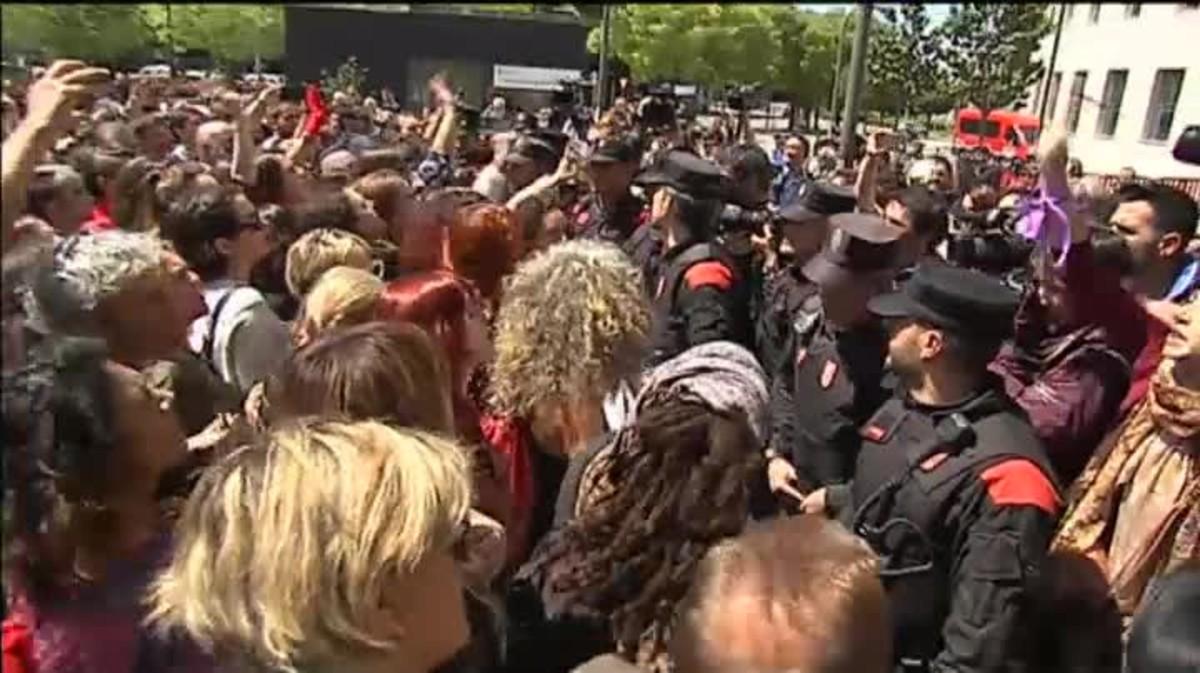 Los concentrados a las puertas de la Audiencia Provincial rompen el cordón de seguridad al conocer su condena a 9 años de prisión.
