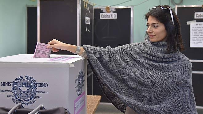 Lalcaldessa de Roma, Virgina Raggi, vota en el referèndum sobre la reforma constitucional.