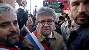 Jean-Luc Mélenchon, arropado por seguidores a su llegada al tribunal.
