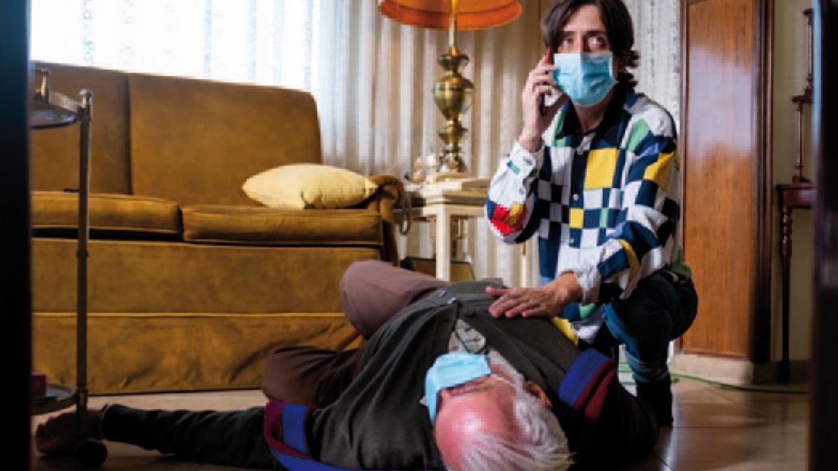 Lluís Marco (estirado) y Jordi Vilches, en el telefilme 'El despertar'.