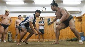 Jorge Martin, lider de Moto3, saluda e intenta enfrentarse (en broma) a un luchador de sumo, hoy, en Tokio.