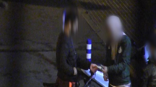 Un joven y un menor venden marihuana en la calle en Palafrugell.