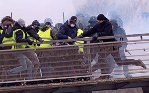 IAN539 PARIS FRANCIA 13 02 2019 - Fotografia de archivo fechada el 5 de enero de 2019 y facilitada este miercoles que muestra al exboxeador frances Chistophe Dettinger d mientras patea a un gendarme durante una manifestacion de los chalecos amarillos en Paris Francia Dettinger que fue filmado cuando atacaba a un miembro de la policia antidisturbios durante la manifestacion se enfrenta hoy a una posible condena de siete anos de carcel EFE Ian Langsdon