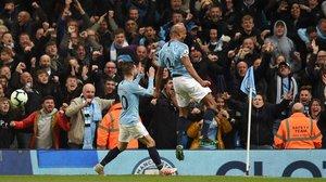 Kompany celebra su gol al Leicester que acerca al City a su segunda Premier.
