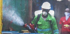 Labores de desinfección por el coronavirus en Ghana.