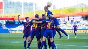 Las jugadoras del Barça femenino celebran uno de los goles al Rayo.