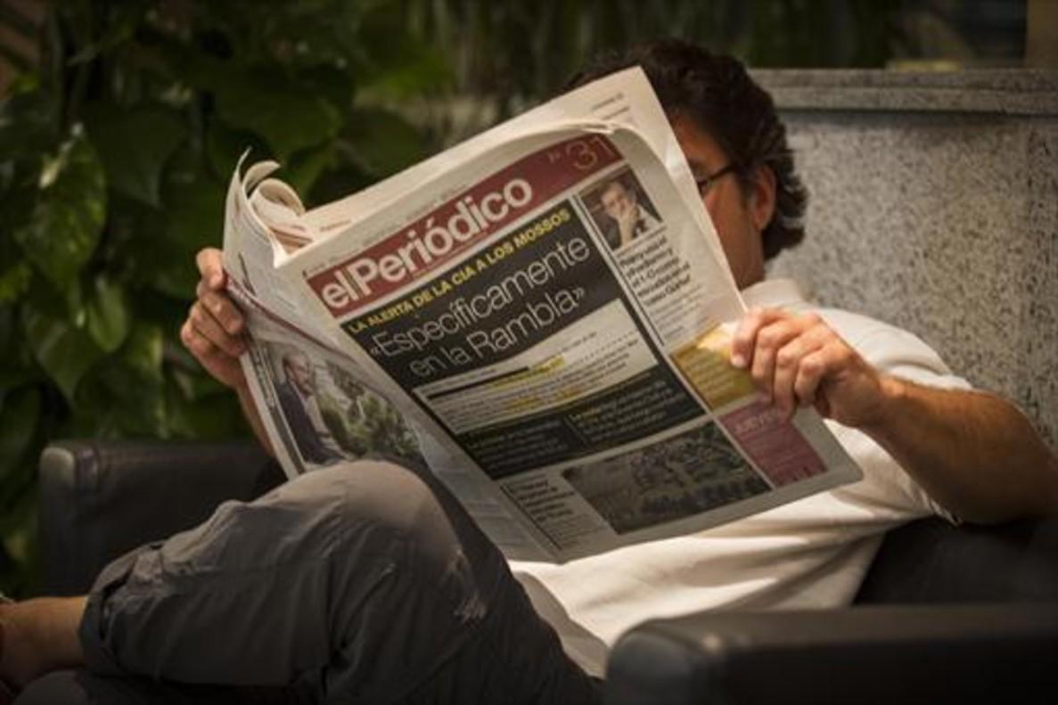 Un lector del diario de ayer, en Barcelona.