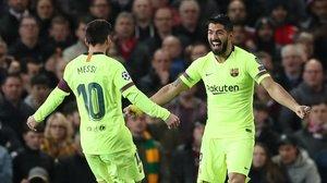 Leo Messi acude a felicitar a Luis Suárez por su gol al Manchester United.