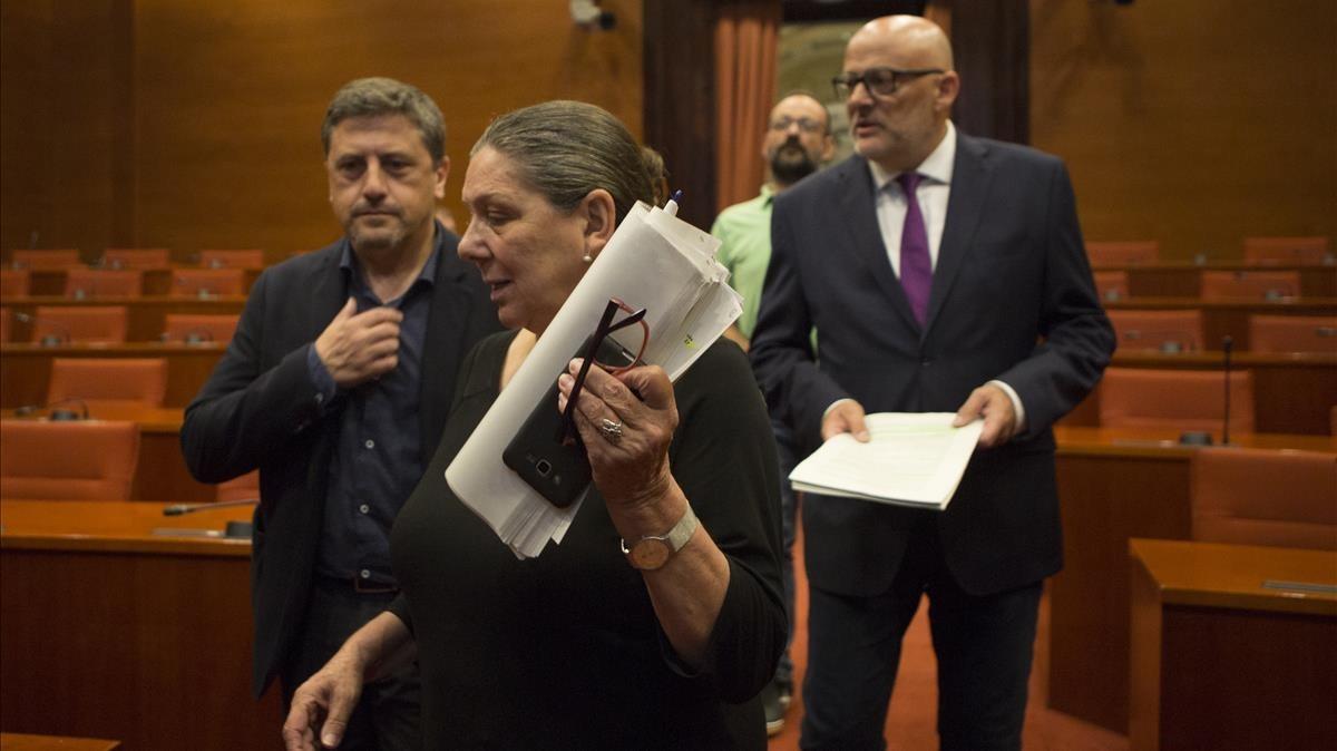 En la imagen, de izquierda a derecha, Jordi Orobitg, Gabriela Serra y Lluís Corominas en el Parlament.