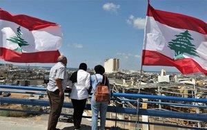 Personas observan la destrucción que dejó la explosión en el puerto de Beirut, Líbano.
