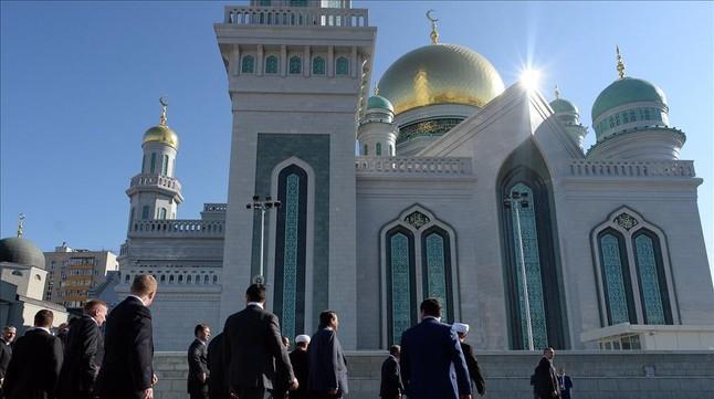 Llegada de invitados a la ceremonia de inauguración de la mezquita, en Moscú, este miércoles.