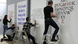 Gina Serret, Joan Quirós, Iván Castro y Oriol Miró durante el 'happening' caligráfico, el viernes pasado en la Llotja.