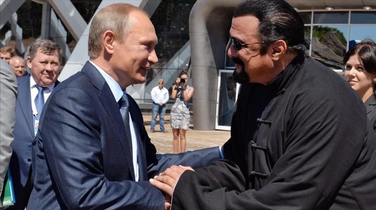 Putin y Seagan, en noviembre del año pasado, cuando obtuvo pasaporte ruso.