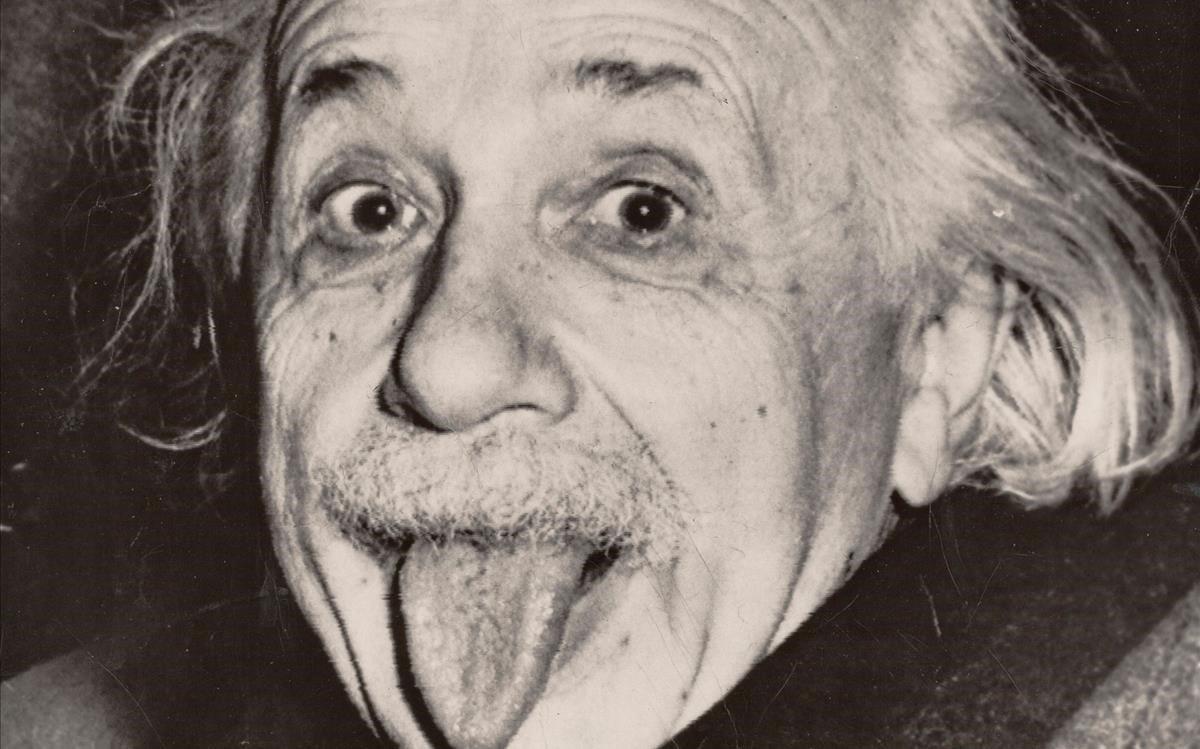 Subastan la copia más antigua de la foto de Albert Einstein sacando la