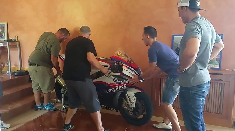 Aleix y Pol visitan a la familia del piloto, fallecido en Laguna Seca, en la localidad pontevedresa de Moaña.