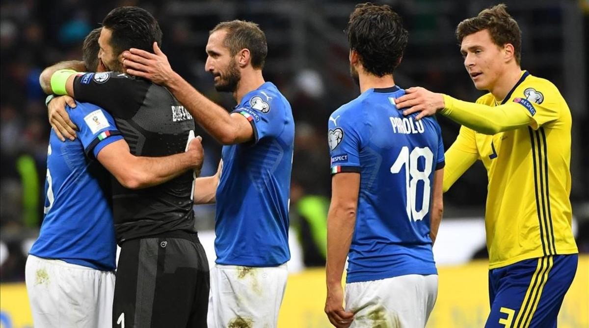 Los jugadores italianos, abatidos tras la eliminación del Mundial.