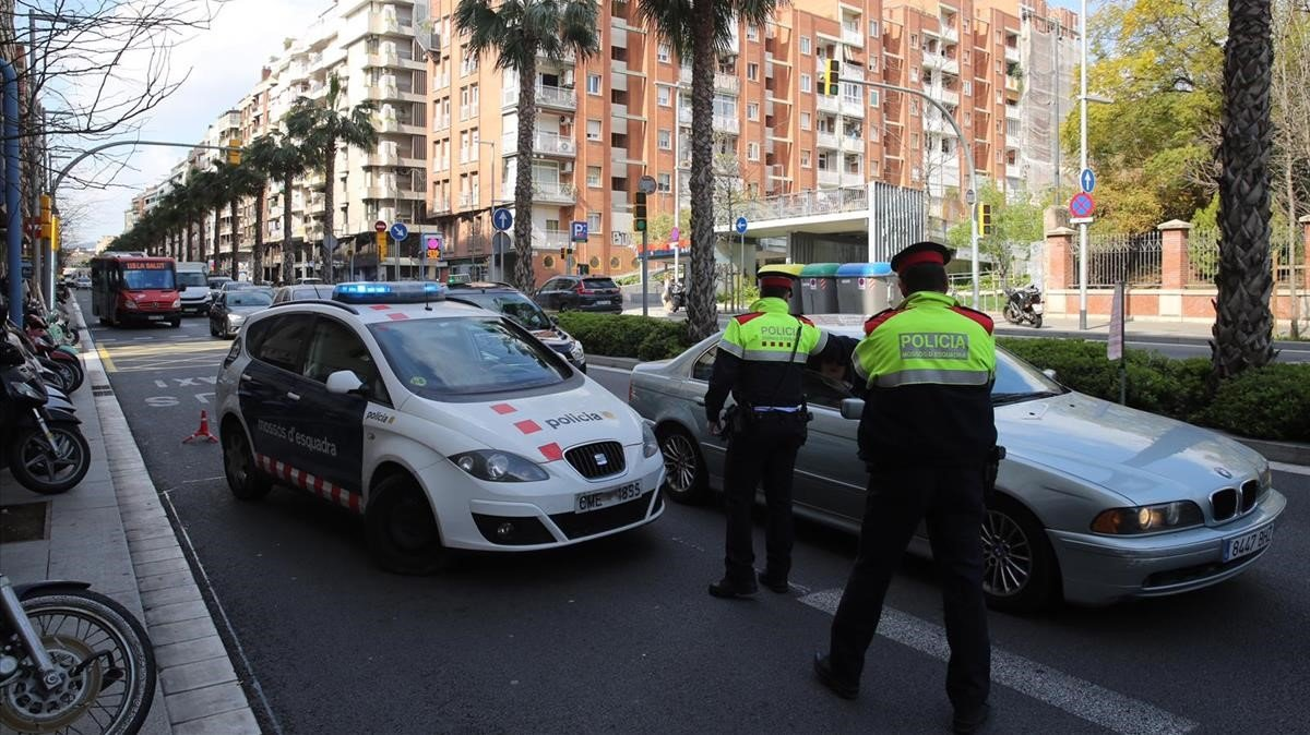 LosMossos controlan el cumplimiento de las medidas por el coronavirus, en Barcelona