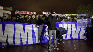 Los Riazor Blues, concentrados enmemoria de Jimmy cerca del estadio de Riazor, en una imagen de archivo.