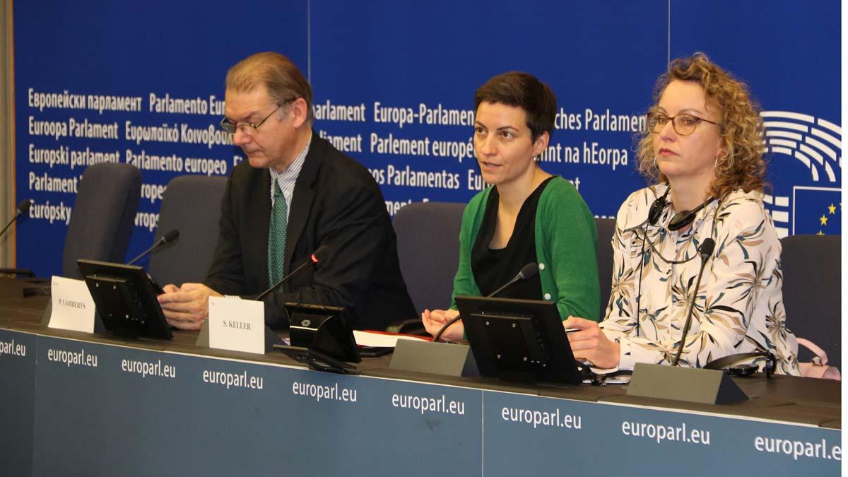 Los Verdes, muy críticos ante la entrada de Puigdemont y Comín en su grupo. En la foto, los copresidentes de Los Verdes, Philippe Lamberts y Ska Keller, con su portavoz, durante la rueda de prensa.