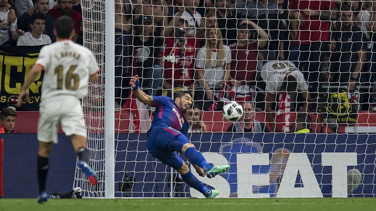 Luis Suárez se revuelve para marcar el primer gol.