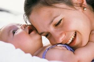 Una madre abrazando a su bebé