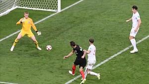Mandzukic se escapa de Stones y bate a Pickford con el gol que lleva a Croacia a la final del Mundial.