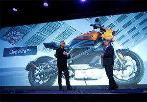 Marc McAllister, vicepresidente de Harley-Davidson, junto Tom Gebhardt, presidente y consejero delegado de Panasonic Norteamérica, hablando de la moto eléctrica Harley-Davidson LiveWire en el CES de Las Vegas.