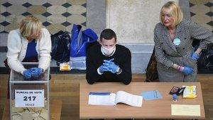 Máscaras y guantes de látex en un centro de votación en Lyon (Francia).
