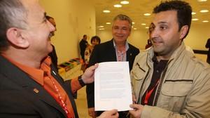 Matías Carnero muestra a Josep Maria Álvarez un documento sobre la adjudicación del Audi Q3 a Martorell en el 2009.