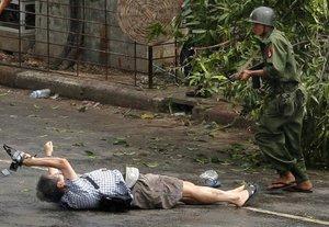 Kenji Nagai de APF intenta tomar fotografías cuando sale herido después de que la policía y los oficiales militares le dispararan durante una manifestación (2007).