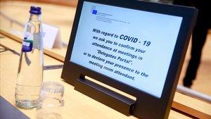 Mensaje de seguridad sobre el covid-19 durante una cumbre de ministros de Justicia e Interior en Bruselas, el pasado 4 de marzo.