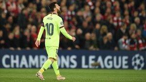 Messi, abatido tras perder ante el Liverpool en Anfield.