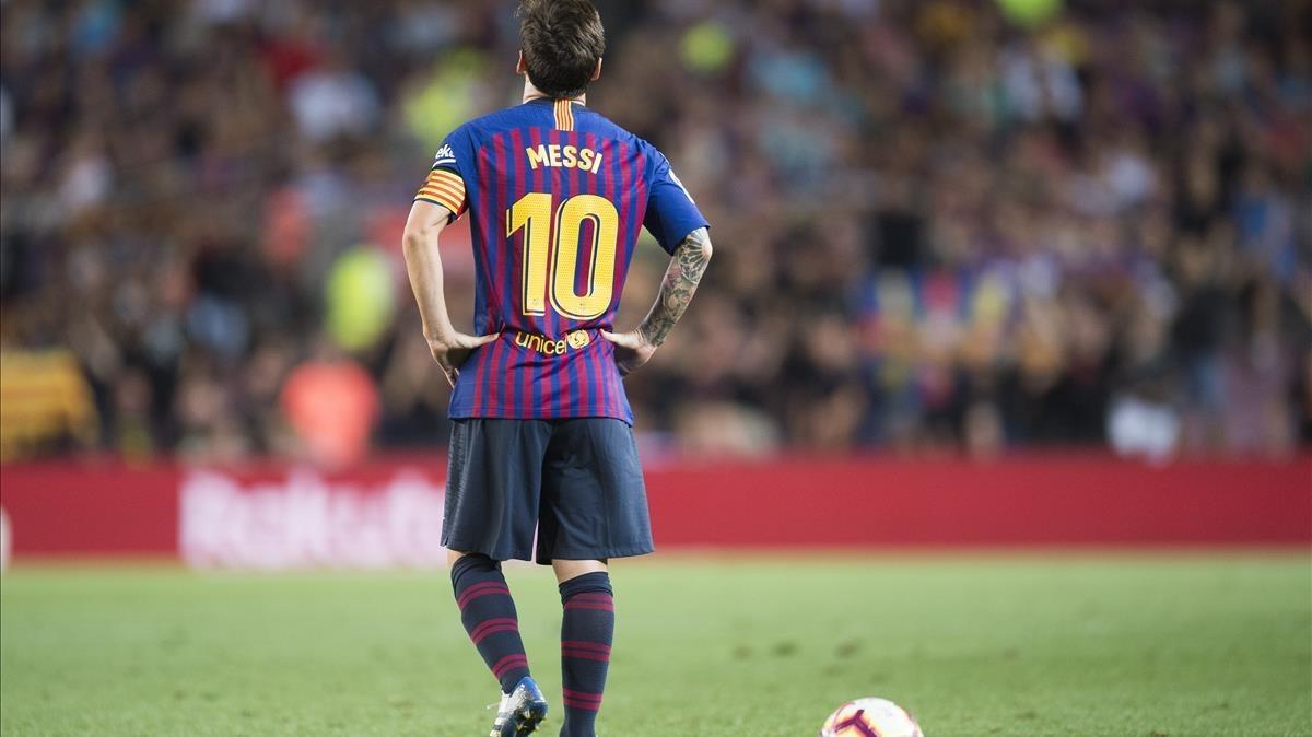 Messi se concentra antes de lanzar la primera falta ante el Alavés, que se estrelló en el larguero.
