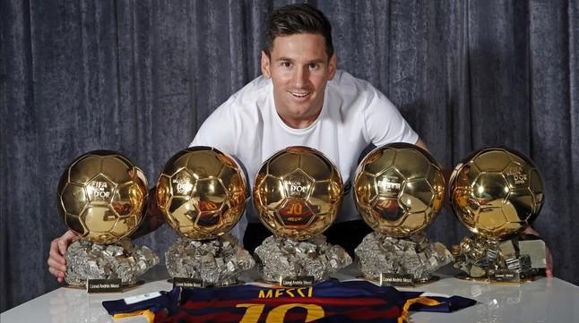 b52b486e183f2 Messi posa con los cinco Balones de Oro que ha conquistado.