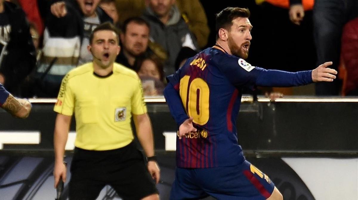 Messi protesta el gol no concedido el domingo en València.