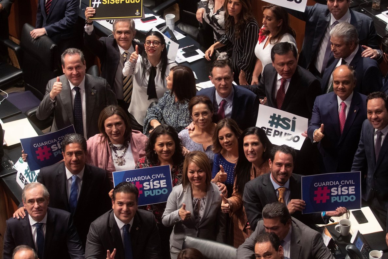 Un grupo de Senadores festejan la creacion de la Guardia Nacional en México.