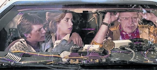 Michael J. Fox, Claudia Wells y Christopher Lloyd, en una escena de Regreso al futuro.