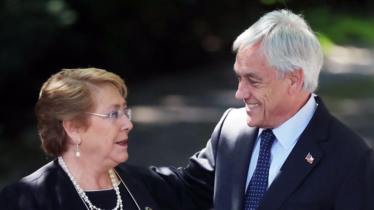 La presidenta de Chile,Michelle Bachelet, con el ganador de las elecciones presidencialesSebastián Piñera.