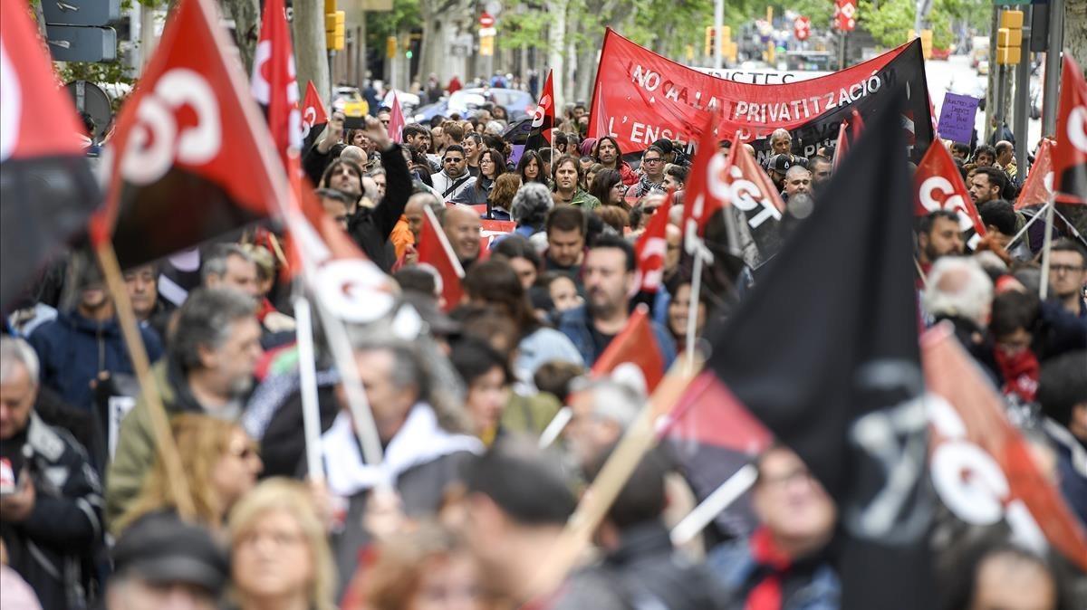 Miembros de la CGT ascienden por la calle Gran de Gràcia durante la manifestación del 1 de Mayo.