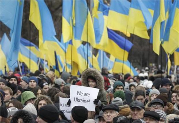 Miles de manifestantes, durante la Marcha de la dignidad, celebrada en Kiev este domingo.