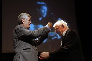 Momento en que Raimon recibe la Medalla de Oro del Círculo de Bellas Artes.