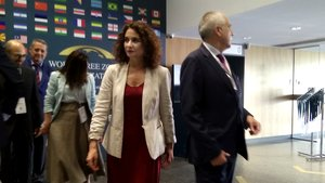 La ministra de Hacienda, María Jesús Montero,y el presidente del Consorci de la Zona Franca de Barcelona, Pere Navarro, antes de la inauguración del congreso mundial de zonas francas en Barcelona.