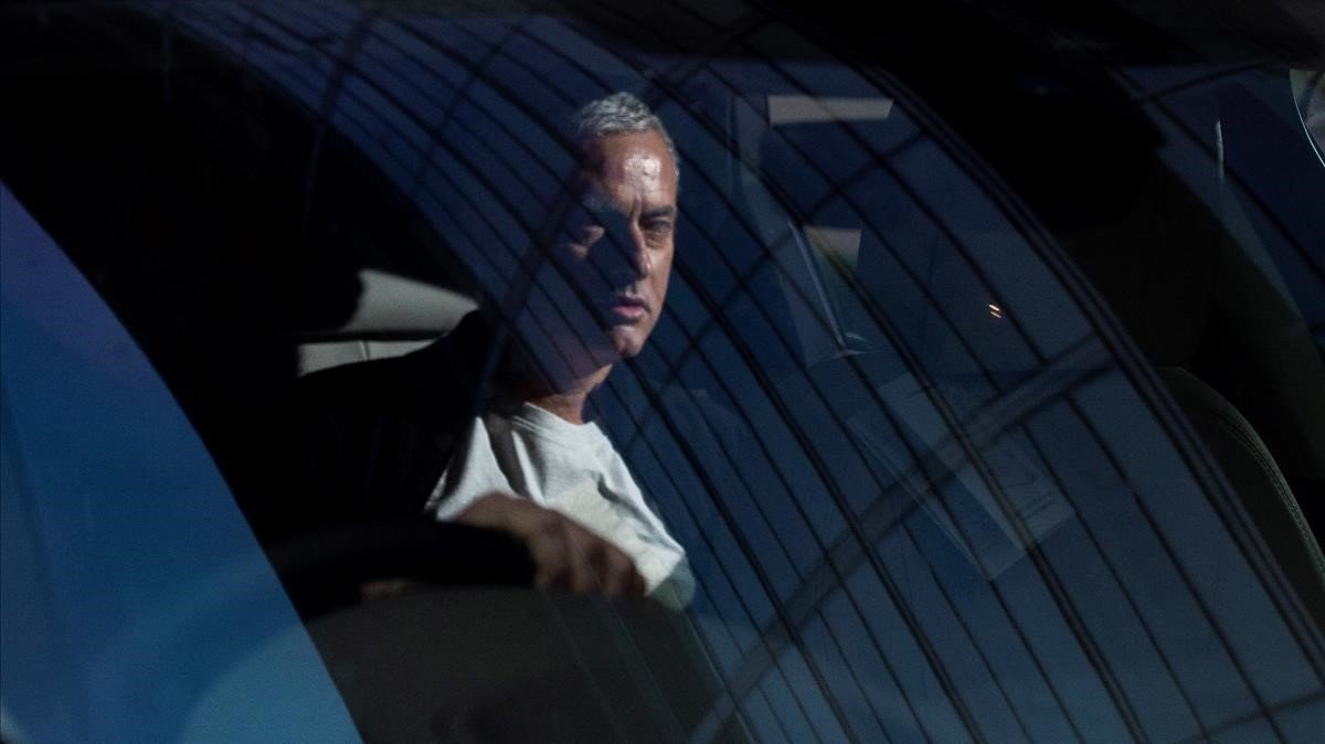 Mourinho abandona su hotel de Manchester, donde ha vivido, tras ser despedido por el United.