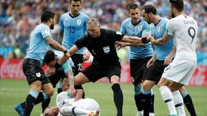 Néstor Pitana, poniendo paz en un Uruguay-Francia del Mundial.