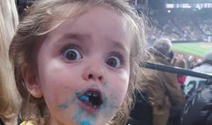 La divertida reacció d'una nena al tastar cotó de sucre per primera vegada