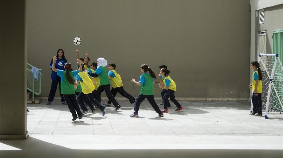 Niños libaneses y sirios juegan en la escuela Al Ahmad Al Sabah de Beirut.