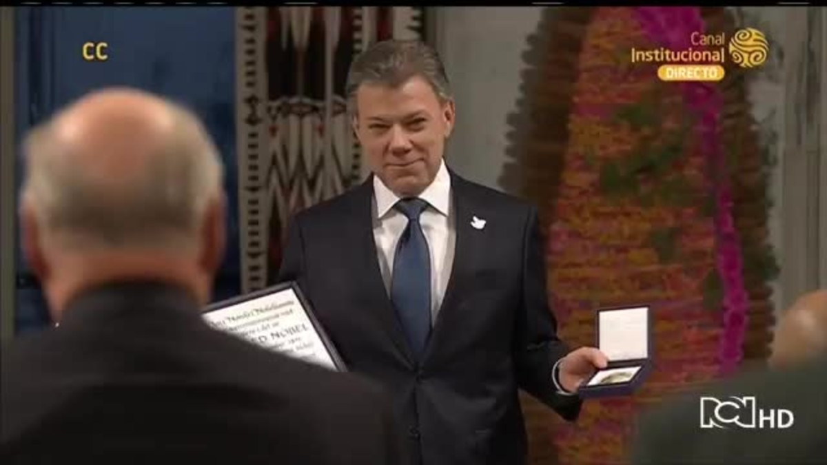 Moment de lentrega del Nobel de la pau a Santos.