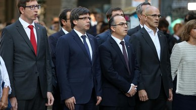 Ofrenes florals al monument de Rafael Casanova. A la foto, els consellers encapçalats per Puigdemont i Trapero. RICARD CUGAT