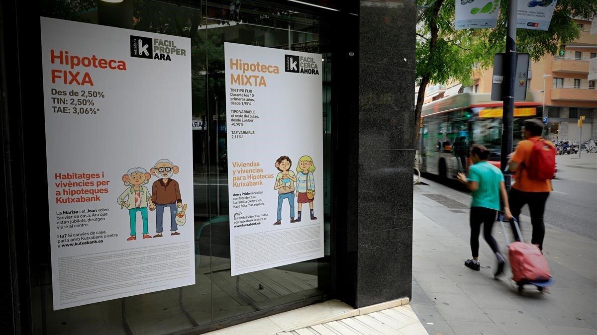 Oficina de Kutxabank con publicidad sobre hipotecas.